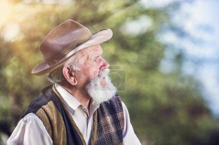 Foto de Senior agricultor fuera en hermosa naturaleza de verano - Imagen libre de derechos