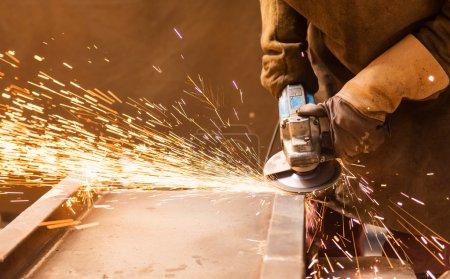 Photo pour Jeune homme soudant dans une usine - image libre de droit