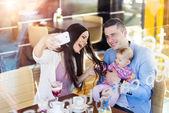 Rodiče s jejich dcera miminko v kavárně