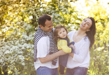 Foto de Familia joven feliz pasar tiempo juntos fuera de la naturaleza verde - Imagen libre de derechos