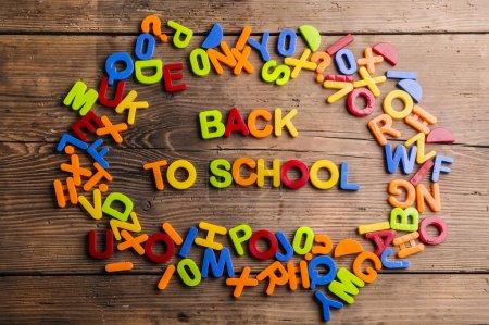 Photo pour Retour à l'école signe formé à partir des lettres en plastique colorés - image libre de droit