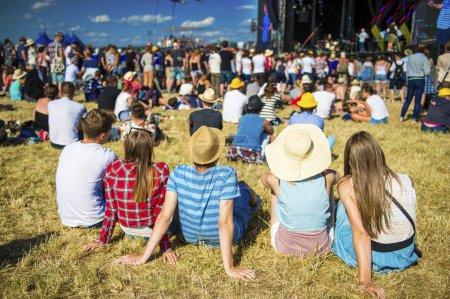 Photo pour Groupe de beaux adolescents au concert au festival d'été - image libre de droit