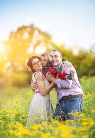 Foto de Familia joven feliz divertirse fuera de naturaleza verano - Imagen libre de derechos