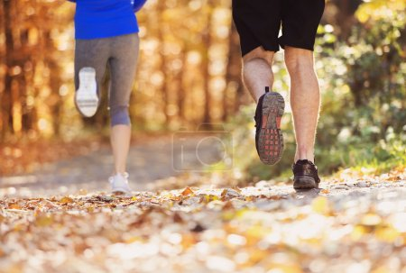 Photo pour Beau couple courant à l'extérieur en automne nature - image libre de droit