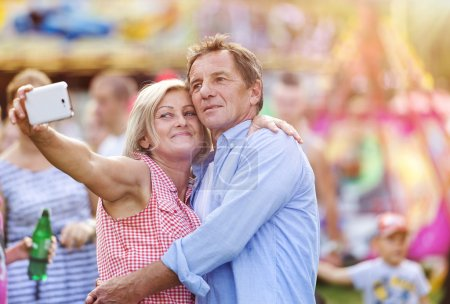 Seniorenpaar auf Jahrmarkt
