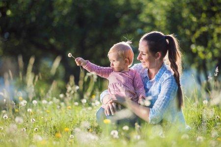 Photo pour Heureuse mère et sa fille s'amuser à l'extérieur dans la nature printemps - image libre de droit