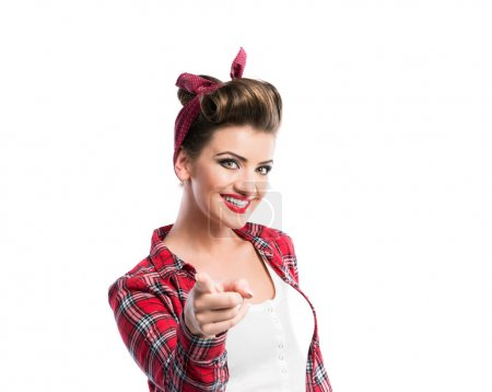 Photo pour Belle jeune femme avec pin-up maquillage et coiffure. Studio tourné sur fond blanc - image libre de droit