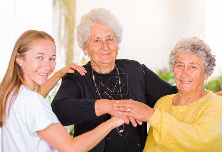 Photo pour Photo de femmes âgées avec leur soignant - image libre de droit