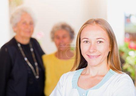 Photo pour Photo des femmes âgées et de leur soignant - image libre de droit