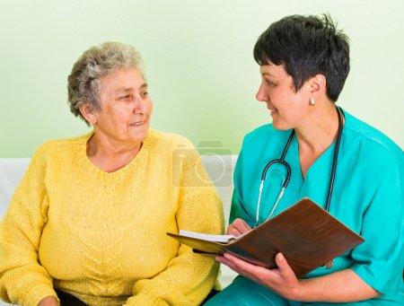 Photo pour Photo de la femme âgée heureuse avec le médecin - image libre de droit