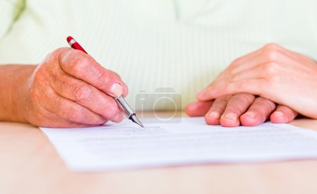 Photo pour Photo d'une femme âgée signe le testament - image libre de droit