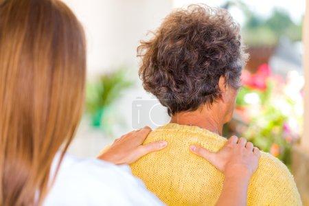 Photo pour Photo de soignant massage de l'épaule de la femme âgée - image libre de droit