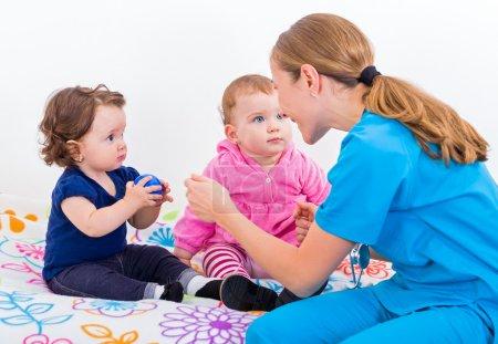 Photo pour Photo de deux adorables bébés et le médecin - image libre de droit