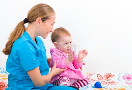 Photo pour Photo de la baby-sitter, jouer avec un bébé adorable - image libre de droit