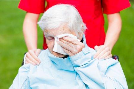 Photo pour Photo de triste femme âgée qui pleure - image libre de droit