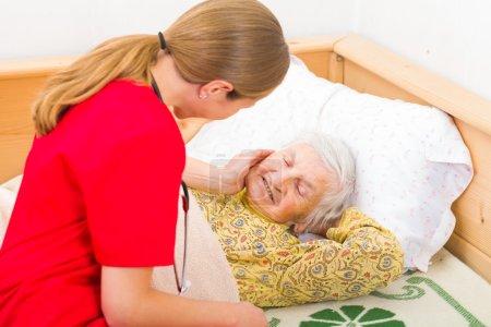 Photo pour Photo de la femme âgée avec le soignant - image libre de droit