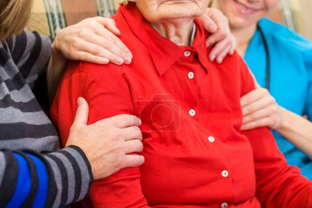 Photo pour Photo of elderly woman supported by family - image libre de droit