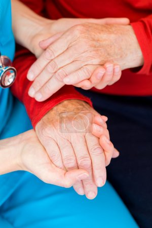 Photo pour Jeune médecin donner un coup de main pour le patient - image libre de droit