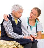 Idős nő és a fiatal orvos