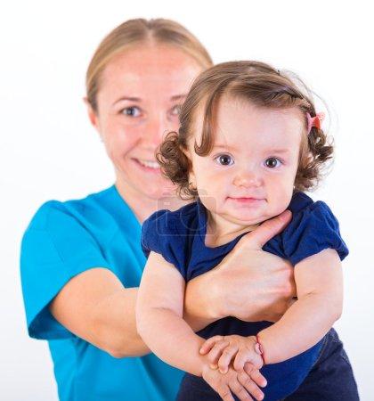 Photo pour Baby-sitter tenant dans les bras d'une adorable petite fille - image libre de droit