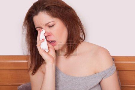 Photo pour Femme malade. Grippe. Une femme a attrapé froid. Éternuer dans le tissu. Mal de tête. Un virus. espace de copie - image libre de droit