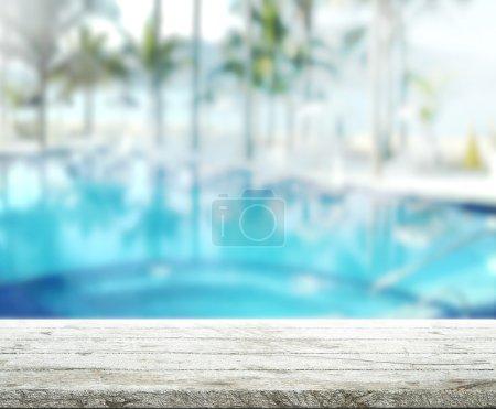 Foto de Madera tabla superior fondo y piscina - Imagen libre de derechos
