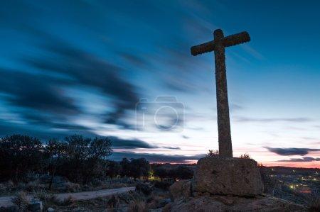 Foto de Varios cruces de canal en piedra monolito con cielo nublado - Imagen libre de derechos
