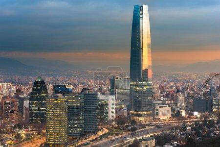 Photo pour Skyline de Santiago du Chili avec des immeubles de bureaux modernes dans le quartier financier de Las Condes . - image libre de droit