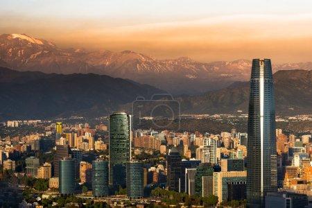 Photo pour Vue de Santiago du Chili avec la chaîne de montagnes de Los Andes dans le dos - image libre de droit