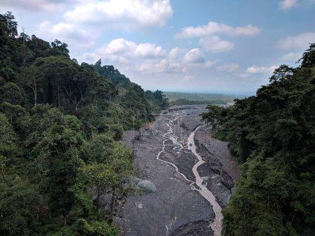 Photo pour Vue du haut du pont dans la zone de piquetage zéro du district de Lumajang montrant les anciennes coulées de lave et de sable du mont Semeru - image libre de droit