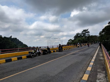 Photo pour Lumajang, Indonésie - 28 mai 2021 : vue du haut du pont dans la zone de piquetage zéro du district de Lumajang montrant les anciens coulées de lave et de sable du mont Semeru - image libre de droit