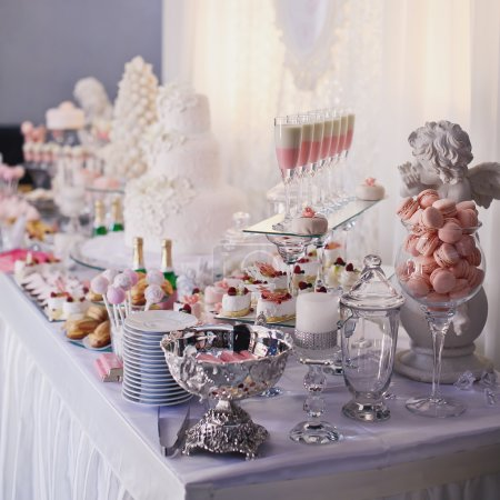 Photo pour Table de desserts pour un parti. Fleurs, petits gâteaux, douceur et gâteau de l'ombre - image libre de droit