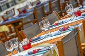 Venkovní restairante tabulky s nádobí a sklenice