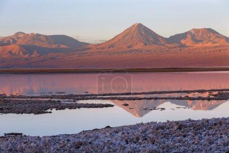 Photo pour Lagune de Tebenqueche, volcan Licancabur, désert d'Atacama, Chili - image libre de droit
