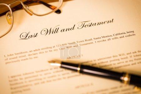 Photo pour Dernières volontés et testament avec le concept de stylo et de lunettes pour document juridique - image libre de droit