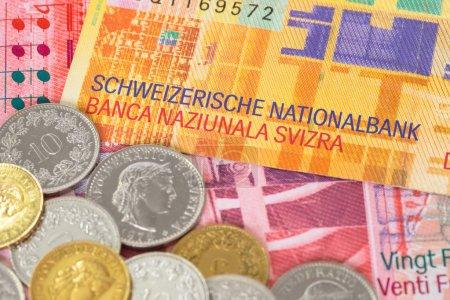 Photo pour Suisse argent swiss franc billets et pièces en gros plan - image libre de droit