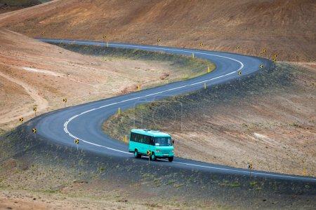 Photo pour Bus avec touristes sur le périphérique près du lac Myvatn, Islande - image libre de droit