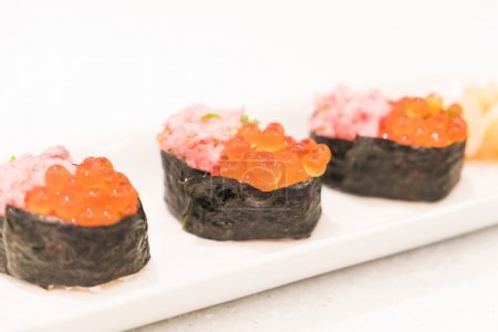 Photo pour Point AF sélectif sur frais délicieux sushis, style de cuisine japonaise - image libre de droit