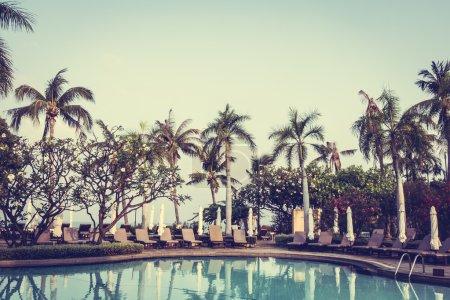 Photo pour Belle piscine extérieure de luxe dans la station hôtelière, booster le traitement des couleurs - image libre de droit