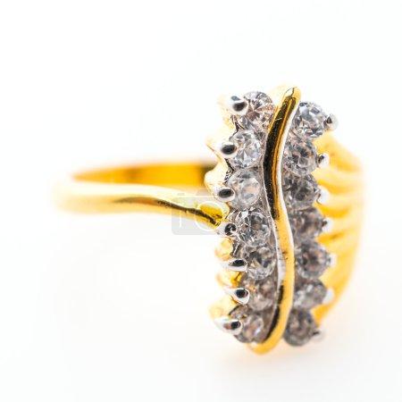 Photo pour Belle bague en or de luxe avec bijoux diamant isolé sur fond blanc - image libre de droit