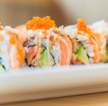 Photo pour Saumon sushi roll maki - nourriture japonaise - Point de focalisation sélective - image libre de droit