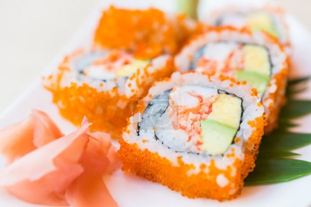 Photo pour California roll sushi maki - cuisine japonaise - sélective mise au point - image libre de droit
