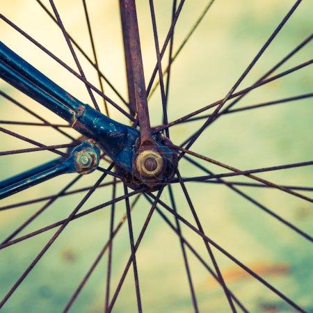 Photo pour Point de mire sélectif sur le vélo vintage extérieur - filtre vintage - image libre de droit