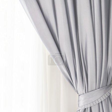 Photo pour Rideau sur la fenêtre dans la chambre - Style de traitement de filtre léger - image libre de droit