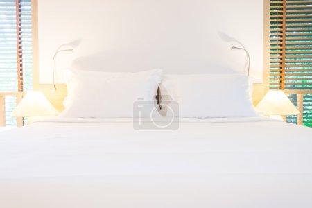 Photo pour Oreillers de lit blanc dans chambre à coucher - image libre de droit