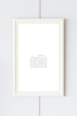 Photo pour Cadre blanc sur fond de mur blanc - image libre de droit