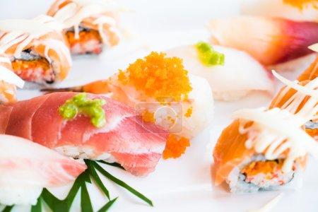 Photo pour Point AF sélectif sur sushi frais et savoureux, style de cuisine japonaise - image libre de droit