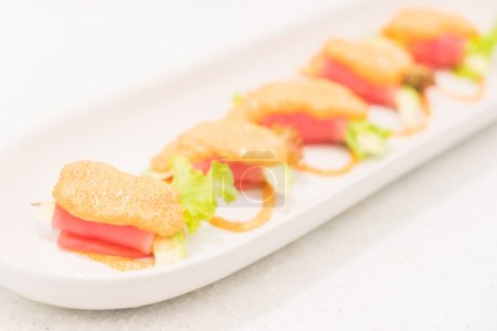 Photo pour Point AF sélectif sur le rouleau de thon avocat, style de cuisine japonaise - image libre de droit