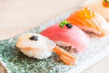 Photo pour Point AF sélectif sur le rouleau de sushi délicieux, style de cuisine japonaise - image libre de droit