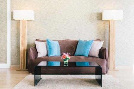 Photo pour Oreillers et Canapé décoration dans le salon de luxe intérieur, effet filtre - image libre de droit